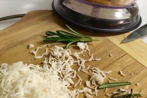 Подготовим все остальные ингредиенты. Смешиваем в большой чаше муку, 2 столовые ложки коричневого сахара, размягченное сливочное масло, щепотку соли и свежемолотого перца. Сыр козий натереть на мелкой терке. Фету размять вилкой. Два вида сыра также добавить к остальным ингредиентам в миску и вымесить мягкое нежное тесто.