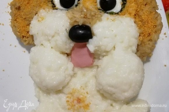 Собачка должна улыбаться, делаем язычок из вареной колбасы. Для «пушистости» посыпаем ушки и вокруг глазок панировочные сухари.