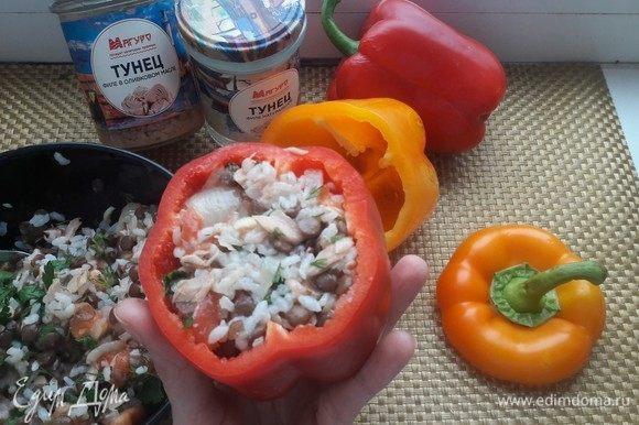 Наполнить перцы готовой смесью и поставить в духовку запекать на 20 минут при температуре 180°С.