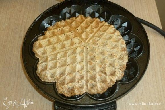 Разогреть вафельницу. Выкладывать тесто ложкой (где-то 1,5–2 ст. л. за раз). Пожарить вафли, остудить на решетке.