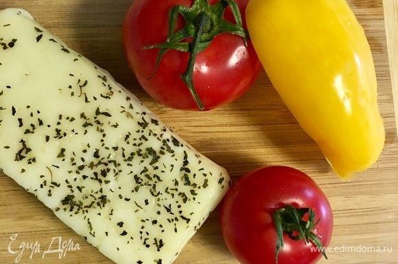 Подготовим ингредиенты для нашего салата. На две порции вполне достаточно 2 средние помидоры, один болгарский перчик и сыр, как я уже указала, в моем случае сыр халуми. Заранее ставим сковороду-гриль разогреваться! Очень важно выкладывать продукты именно на горячую сковороду!
