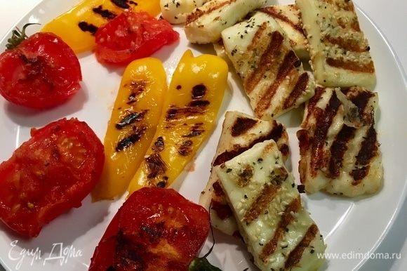Овощи и сыр снимаем со сковороды. Все такие полосатенькие, загорелые и мегаароматные! Даем им немного остыть.