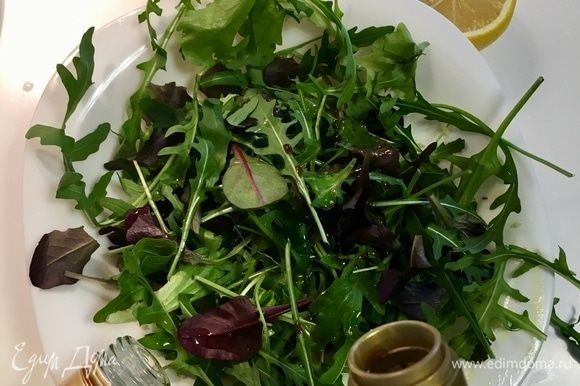 А пока в большой миске заправим салатный микс. Заправка простая: кунжутное масло, соевый соус, сок лимона, соль и свежемолотый перец. Все. Искупаем наши листики в этой заправке.