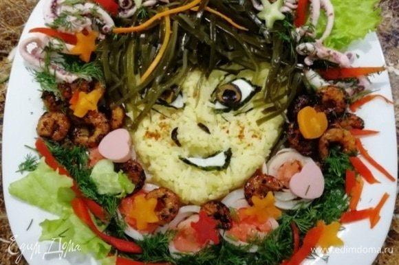 Оформить блюдо креветками, кальмарами, семгой, овощами.
