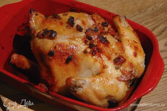 Запекать курицу в разогретой духовке 15 минут, затем понизить температуру до 170°С и запекать до готовности, примерно еще 45 минут, периодически поливая выделившимся соком.