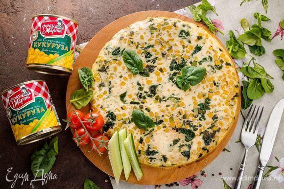 Как только фриттата схватится по бокам, снимите сковородку с огня. Поместите сковороду или форму с фриттатой в разогретую до 180°С духовку на 7–10 минут. Готовое блюдо подавайте к столу горячим, дополните свежими овощами. Приятного аппетита!