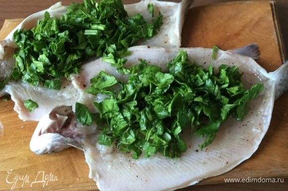 Выкладываем шпинат на рыбу.