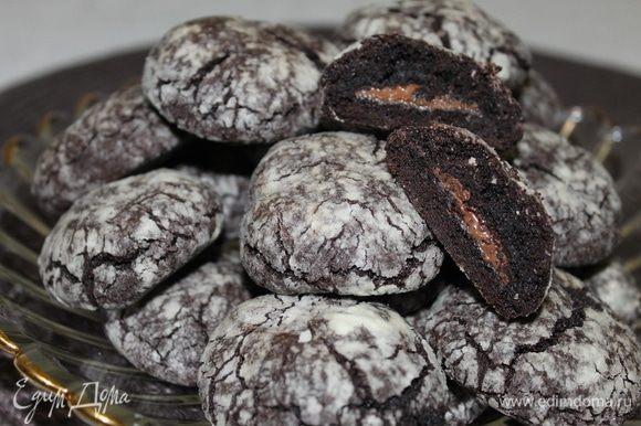 Шоколадное, с нежное кремовой начинкой печенье — настоящее блаженство для любителей шоколада. Наслаждайтесь!