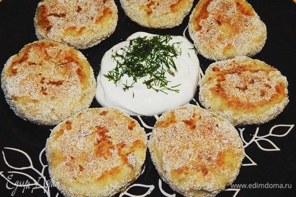 Вкусные котлетки с хрустящей корочкой готовы. Подавать со сметаной. Приятного аппетита!