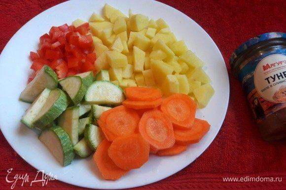 Для начала нужно очистить и нарезать картофель, морковь, цуккини и перец. Итак, овощи ставим варить.
