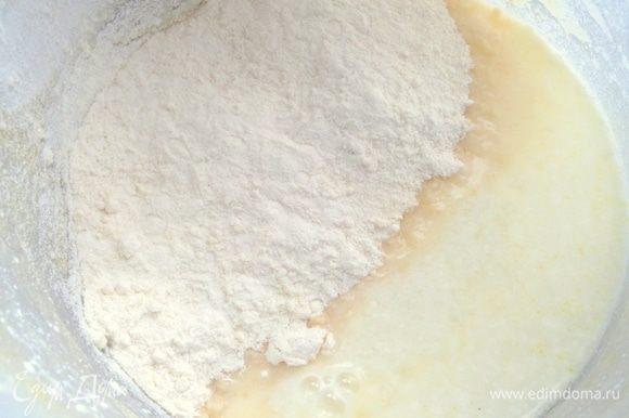 Всыпать муку (половину) в подогретое молоко.