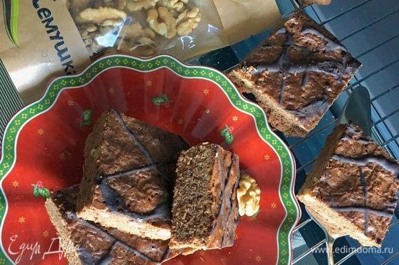 Печенье на готовность проверяем спичкой. Из печенья она должна выходить сухая. Даем печенью немного остыть и разрезаем на квадратики. Уже полностью остывшее печенье покрыть сеточкой глазури. Для глазури в одной столовой ложке горячей воды растворяем какао и сахарную пудру.