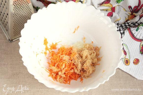 Очищенные картофель (100 г), лук репчатый (50 г) и морковь (50 г) натереть на мелкой терке. Перемешать. Добавить по вкусу соль и смесь перцев (0,5 ч. л.), перемешать.