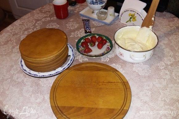 Крем: сливки взбиваем миксером до густоты, после добавляем сыр маскарпоне и перемешиваем деревянной ложкой. Затем добавляем сахарную пудру.
