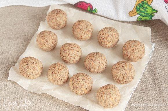 После отведенного времени сформовать шарики размером с грецкий орех. Выложить заготовки овощных шариков на застеленный бумагой противень.