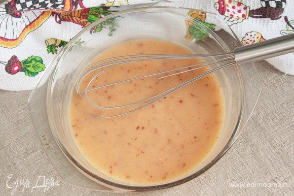Варить соус до густоты в микроволновой печи на максимальной мощности 2–3 минуты. Через каждую минуту останавливать и перемешивать.