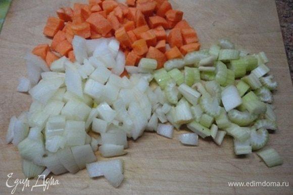 Овощи нарезать кубиками.Чеснок порубить. Помидоры предварительно очистить от кожицы с помощью кипятка. Можно использовать консервированные помидоры в собственном соку, тогда не надо добавлять томатный соус. В следующий раз я так и сделаю, потому что зимние помидоры не имеют ни цвета, ни аромата.