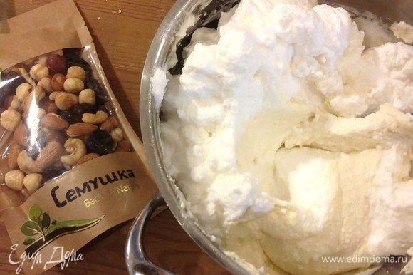 Для вкуса и красоты в творожную массу нужно добавить изюм и орешки. Все это есть в одной пачке ТМ «Семушка». Отделяем изюм и орешки.