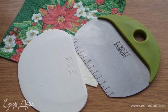 Тесто можно разделить при помощи кондитерского шпателя.