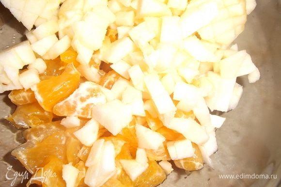 Яблоко почистить, порезать, добавить к мандарину.