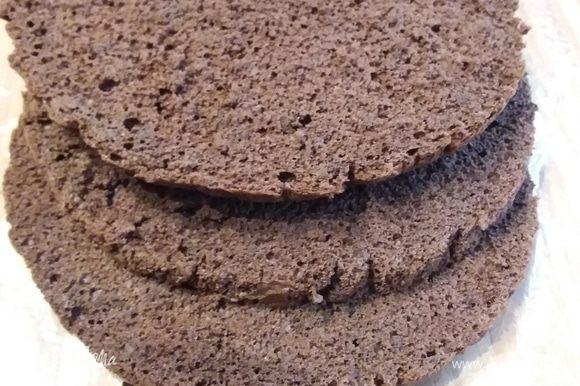 Сборка: бисквит разрезать на 3 коржа. Я часто читала, что бисквит, чтобы он лучше разрезался, нужно поместить на короткое время в морозилку. У меня она вечно занята, но есть отделение с 0°С, вот туда я и положила бисквит.