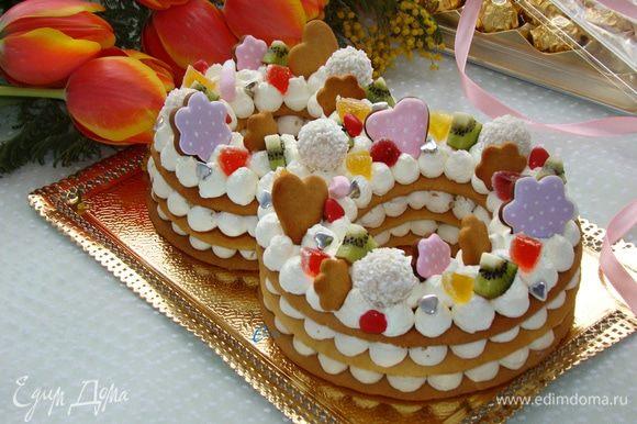 Вот и все! Вкусный, нарядный и модный торт готов! Всех кулинарочек поздравляю с праздником Весны!
