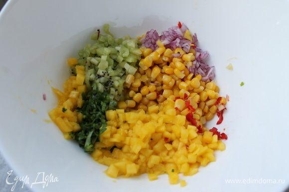Сложите все ингредиенты в миску, в том числе кукурузу ТМ «Фрау Марта», перемешайте, добавьте по вкусу соль и отрегулируйте по вкусу количество лаймового сока. Хорошо охладите сальсу.