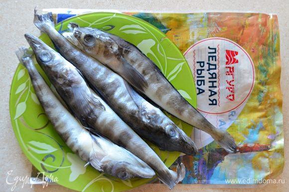 Размороженную рыбу разрезать вдоль брюшка, очистить от внутренностей и промыть под проточной водой. Удалить влагу с помощью бумажных полотенец.