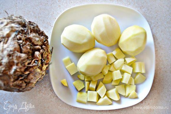 Для гарнира очистите и нарежьте кубиками картофель (2 средних клубня). Корень сельдерея также очистите и нарежьте на небольшие кубики. Отварить овощи вместе в подсоленной воде до размягчения.
