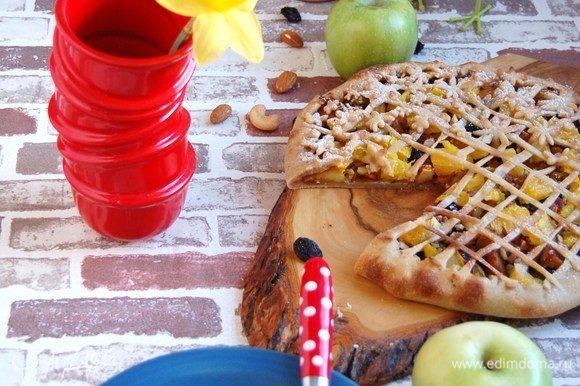 Лучше кушать сразу. Превосходное сочетание яблок и кардамона, цитруса и изюма. Хрустящие орешки придают особую текстуру.