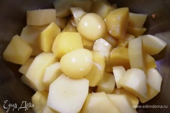 Из сваренного картофеля сольем жидкость, выбросим лавровый лист. Добавим куриные яйца, соль, растопленное сливочное масло. Толкушкой измельчим в юре.