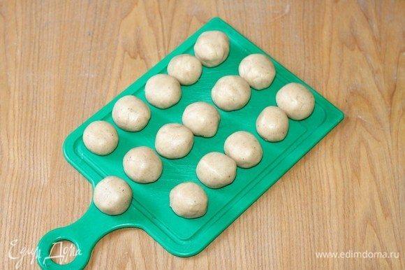 Разделить тесто на 16 частей и скатать шарики.