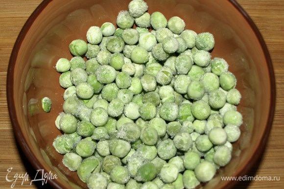 Замороженный зеленый горошек залить горячей водой и оставить на 5 минут. Через 5 минут слить воду.