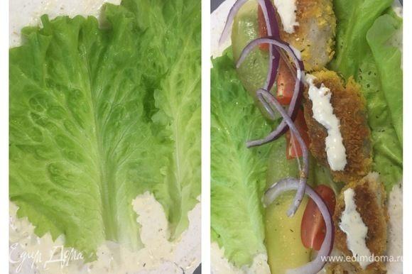 Лепешку смазать соусом Тартар, выложить листья салата, обжаренную рыбу, нарезанный лук, огурец, помидор.