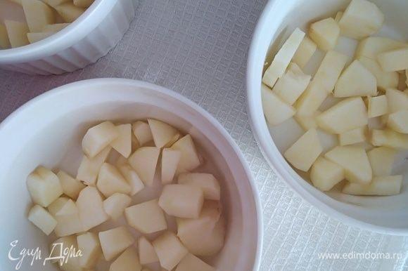 Яблоко очистить и нарезать кубиками. Распределить по рамекинам. Чем слаще яблоки, тем лучше.