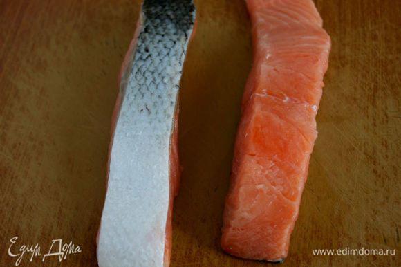 Кусочки лосося очистить от чешуи, кожу не снимать.