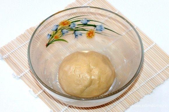 Вымешиваем однородное, гладкое и эластичное тесто. Оно хорошо собирается в комок.