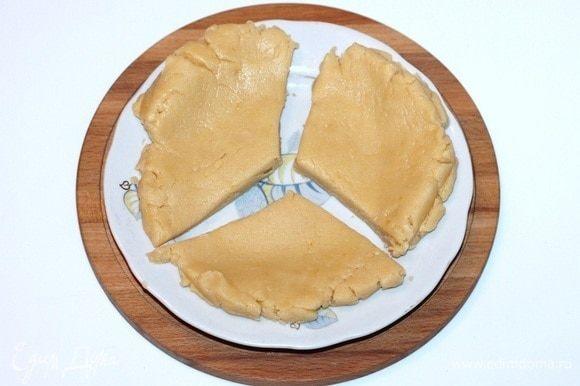 Приготовим корж для тарта. Делим охлажденное тесто на 3 равные по весу части. Две части теста убираем в холодильник.