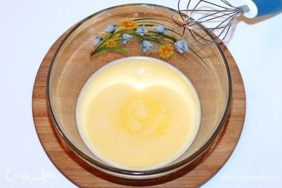 Когда масло растопится в молоке, снимаем сотейник с плиты. Добавляем 3 ст. л. горячей масляной смеси к яичной, постоянно помешивая венчиком. Затем постепенно добавляем остальное, так чтобы яйца не свернулись.