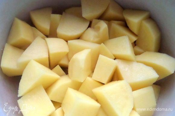 Делим картофель на крупные куски и ставим вариться до готовности с солью.