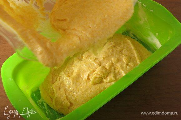 Кладем тесто в смазанную маслом форму.