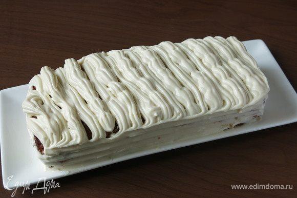 Обмазываем кекс кремом. Сочетание нетривиальное — сладкий кекс кукурузный, чуть крупинчатый и сладко-соленый крем.