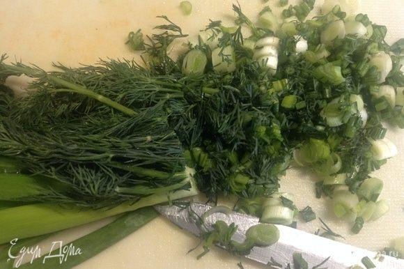 Режем лук зеленый и укроп.