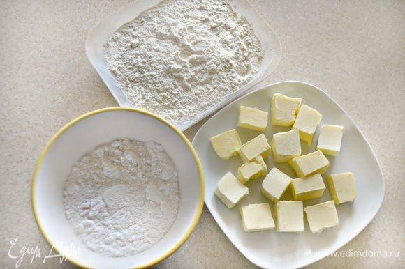 Размягченное сливочное масло взбить с сахарной пудрой, добавить просеянную муку со щепоткой соли. Замесить тесто.