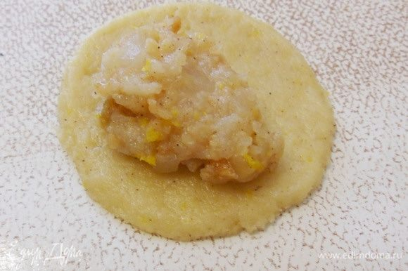 Каждый кружок раскатать еще немного в более тонкий, положить чайную ложку с горкой яблочной начинки.