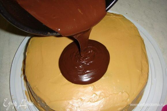 Поливаем торт шоколадным ганашем и распределяем его шпателем по всему торту. Украшаем по желанию. У меня вафельные бабочки, цветы и безешки.