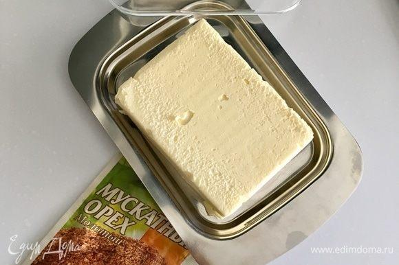 Все ингредиенты для начинки готовы. Теперь приготовим быстренько соус бешамель. Нам понадобится сливочное масло.