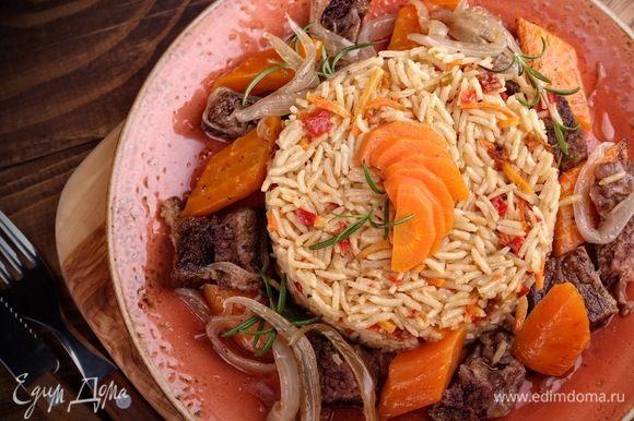 Подавать горячим с гарниром (идеально — рис или картофель).