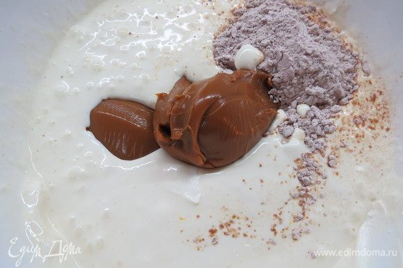 Затем добавляем сухой карамельный пудинг и вареное сгущенное молоко.
