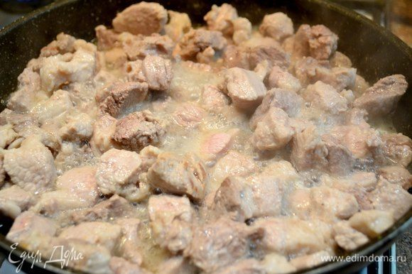 Количество ингредиентов можно использовать на свой взгляд и вкус от количества нужных порций. Мясо свинины нарезать на кусочки и обжарить.